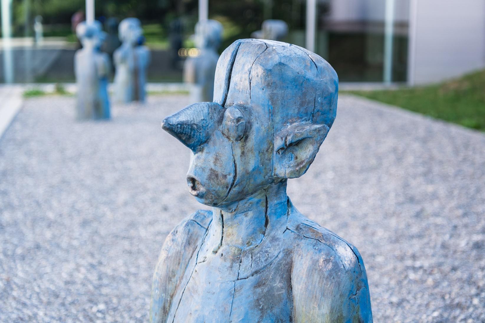ensemble de statues bleues intitulée Singing Heads