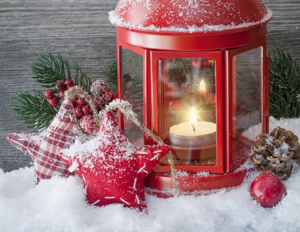 lanterne rouge et étoiles sous la neige