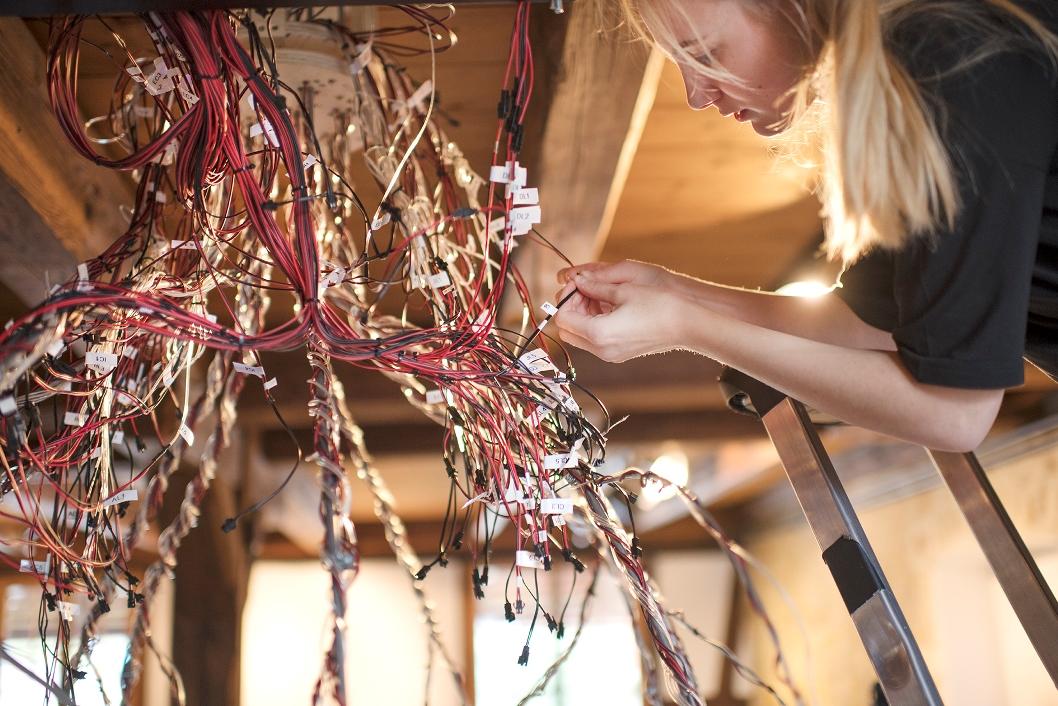 Montage de fils électriques par une élève de l'eikon