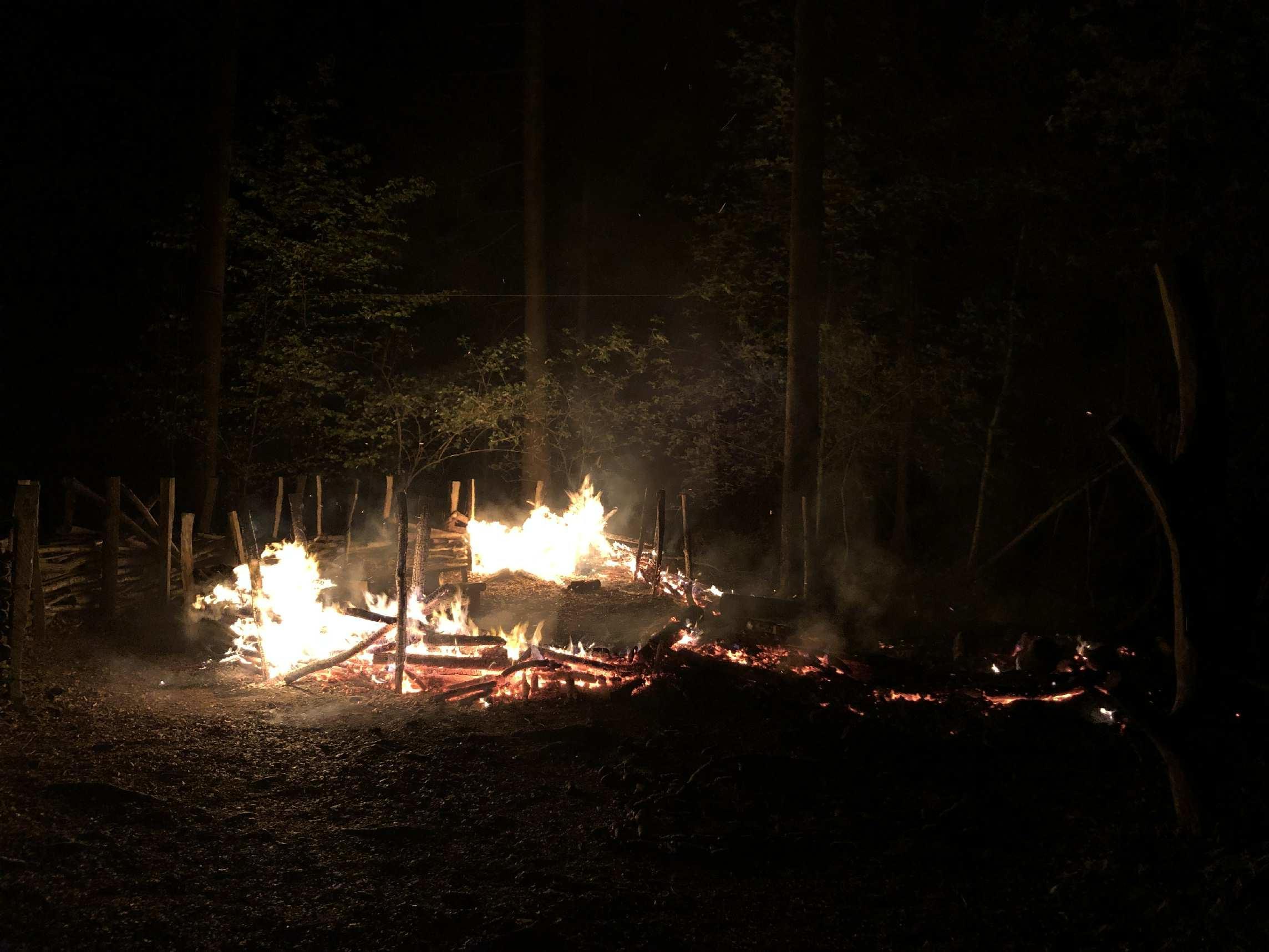 Deux incendies à quelques heures d'intervalle à Meyriez et Villars-sur-Glâne / Fahrlässiges Verhalten verursacht zwei Brände innerhalb weniger Stunden