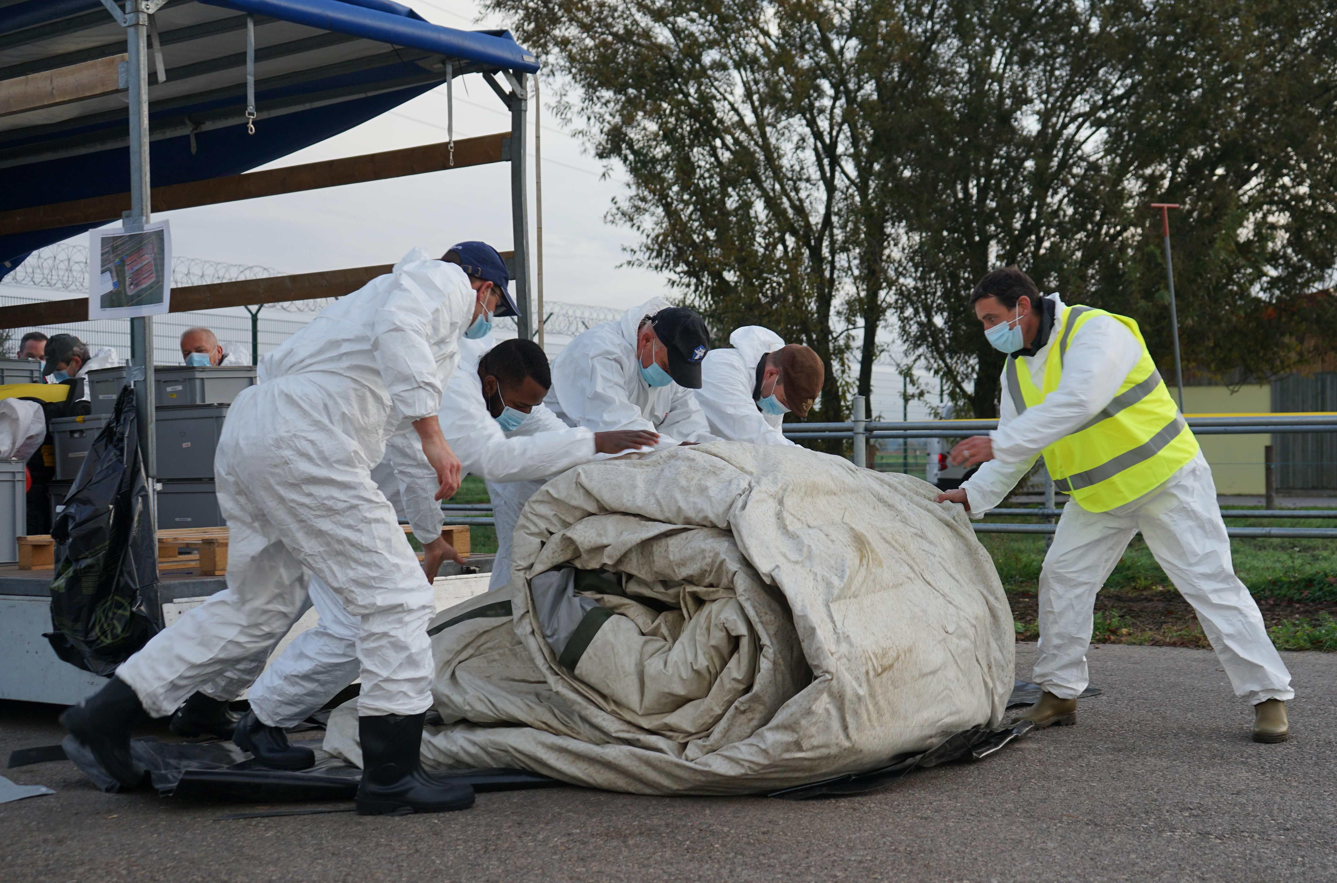 Montage de la tente de commandement de près de 200 kg