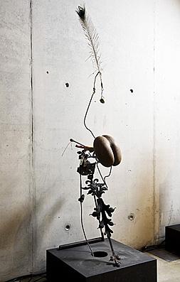 Hommage à Bernard Blancpain, 1980-1990, Jean Tinguely, Fer, moteur, fruit d'un cocotier de mer, balle de golf, plume de paon.