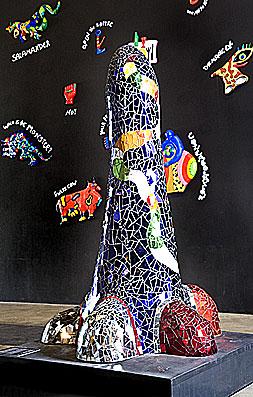Obélisque au chat, 1993, Niki de Saint Phalle, polyester et mosaïque de verres.