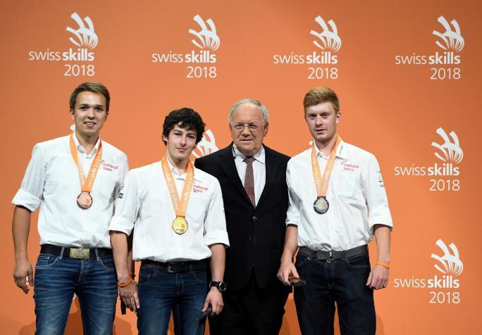 Médaille d'argent pour Elias Gogniat de Fribourg (1er depuis la droite)