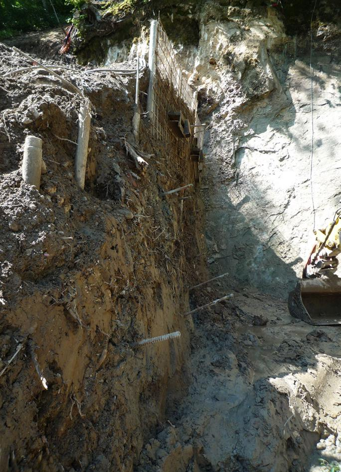 Südwand – Reinigung des Felsens unterhalb des Tuffsteins