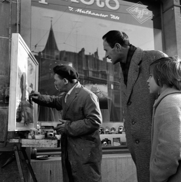 Ferruccio Garopesani, artiste peintre, devant le magasin de Jean Mülhauser, rue du Pont-Muré, Fribourg, 1962