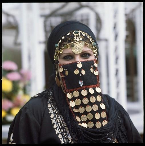 Abou Dhabi, femme portant un niqab folklorique, avant 1985