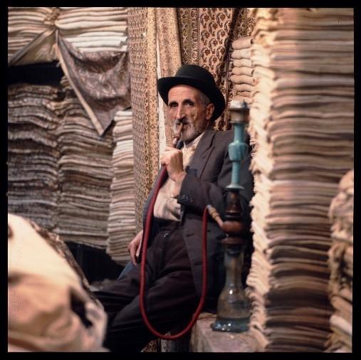 Iran, Ispahan, vendeur de tapis, avant 1978