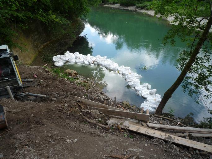 Damm aus Sandsäcken, für die Aushubarbeiten vorbereiteter Sektor