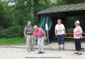 Un jeu de pétanque entre des personnes retraitées