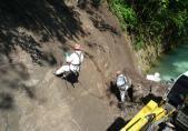 Equipe chargée des travaux de forage - paroi amont