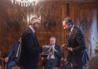 L'ambassadeur Michael Matthiessen recevant un cadeau des mains de Georges Godel (Président du Conseil d'Etat)