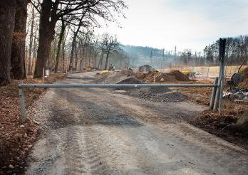 Construction des accès au site et de la place de chantier, janvier-juin 2012