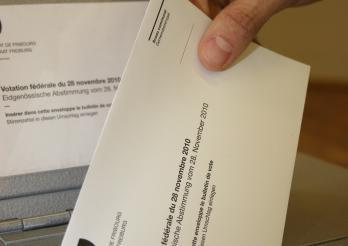 Votation, le bulletin est glissé dans l'urne