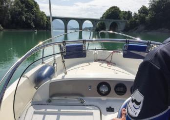 Police cantonale Fribourg - policier dans un bateau sur le lac
