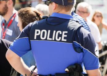 Police cantonale Fribourg - agent de dos
