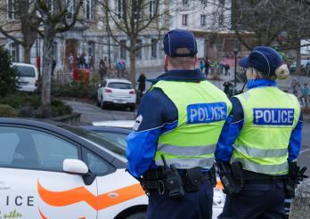 Police cantonale Fribourg - des agents proche d'une école