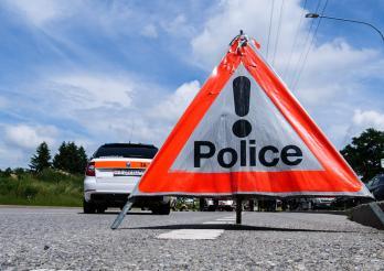 Police cantonale Fribourg - panneau triopan sur la route