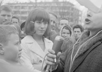 """Arlette Zola, chanteuse, lors de l'émission """"Roulez sur l'or"""" de Radio Lausanne, Grand-Places, Fribourg, 1967. Bibliothèque cantonale et universitaire - Fonds Jacques Thévoz"""