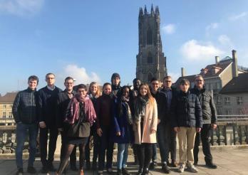Jugendratsmitglieder vor der Kathedrale