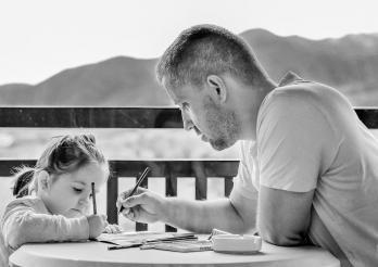 Un père et sa fille dessinent