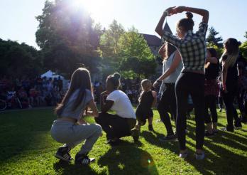 A Bulle, des agent-e-s sympas investissent un parc pour la fête de la musique.