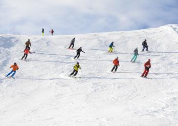 une dizaine de skieurs dévale la piste