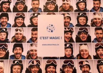 Mur de visages souriants en tenue de ski, avec casques et lunettes