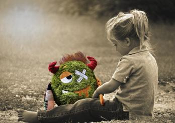 Enfant avec son doudou blessé...