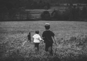 Garçons qui courent dans un champ