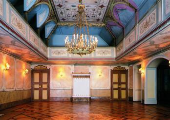 La salle de bal de la maison de la Grande Société à Fribourg (Grand-Rue 68), 1850, sur les plans de Johann Jakob Weibel, avec le décor de plafond du peintre Abbondia Berra, restaurée en 2001 par Peter Subal, Julian James et Georg Stribrsky sous la direction de l'architecte Eric de Weck