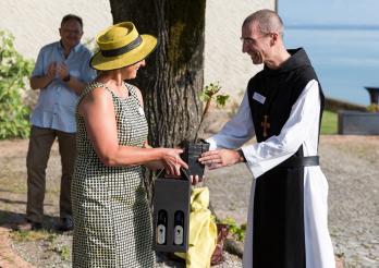 Mme la Conseillère D'Etat Garnier offre un cep symbolique aux moines d'Hauterive