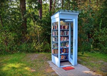 Telefonkabin mit Bücher