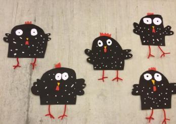 bricolage d'élèves représentant des poules noires à pois blanc