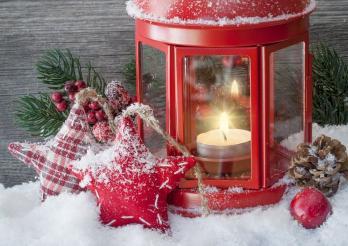 rote Laterne und Sterne unter dem Schnee