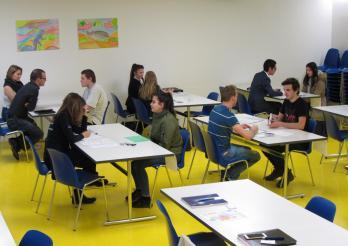 des représentants d'entreprise et des élèves se présentent mutuellement