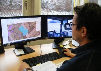 Ein Landwirt gibt seine Daten in das GELAN-System ein