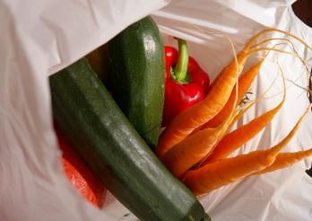 courgettes, carottes et poivron dans un cabas