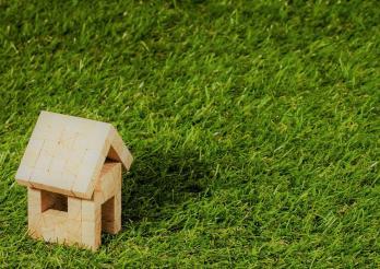 Holzhaus auf grünem Hintergrund