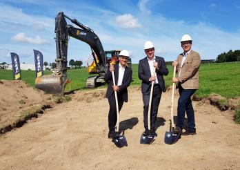 Beginn der Bauarbeiten am Campus Grangeneuve mit den Staatsräten JF Steiert (links) und Didier Castella sowie Pascal Toffel (rechts)