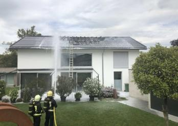 Brand eines Hausdachs in Ried bei Kerzers