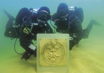 Pose de la plaque commémorative du groupe des plongeurs, 12 septembre 2019 / Anbringung der Gedenktafel der Tauchergruppe, 12. September 2019