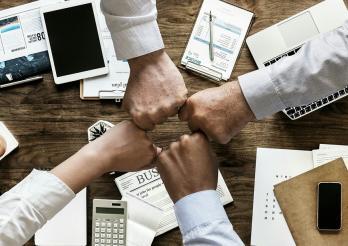 Quatre mains se rejoignent pour collaborer