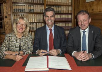 Les conseillers d'Etat Jacqueline De Quattro et Didier Castella, entourant le Syndic de Bloney Dominique Martin, Président du Comité