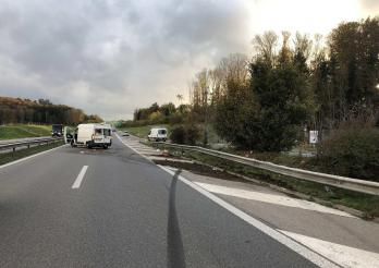 Embardée d'un automobiliste sur l'A12 à Hauterive / Selbstunfall auf der A12 in Hauterive