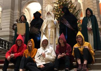 Saint Nicolas, Sainte Barbe et Sainte Catherine entourés des pères fouettards et des fifres
