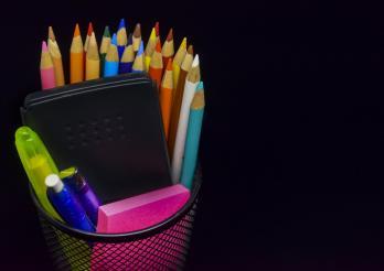 photo de crayons et de petit matériel scolaire