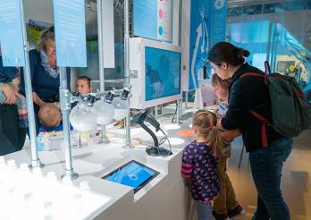 """Besucher in der Ausstellung """"Milch - Mütterliches Elixier"""""""