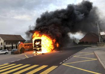 Poids lourd en feu à Farvagny / Brand eines Lastwagens in Farvagny