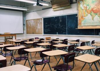 Salle de classe vide - enseignement présentiel suspendu
